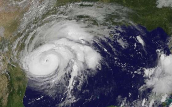 Imagem de satélite mostra o furacão Harvey chegando ao estado do Texas (Foto: NOAA)