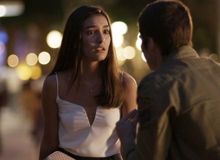 Yasmin implora para Zac não entregar Néia após descobrir sobre roubo do CD de Gui