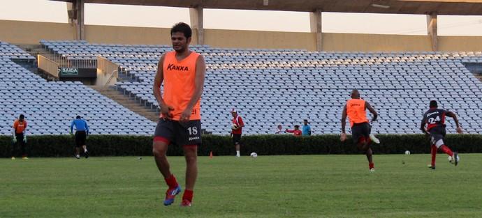 Júnior Xuxa sente e sai de treino mais cedo  (Foto: Josiel Martins)