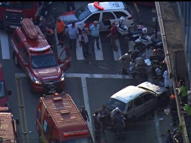 Carro perdeu controle e invadiu farmácia na Avenida Marechal Tito (Foto: Reprodução/TV Globo)