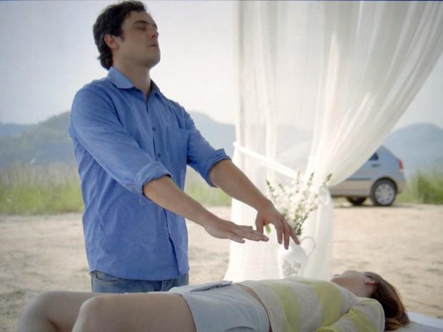 Caíque incorpora Castilho e faz uma cirurgia espiritual na jornalista (Foto: TV Globo)