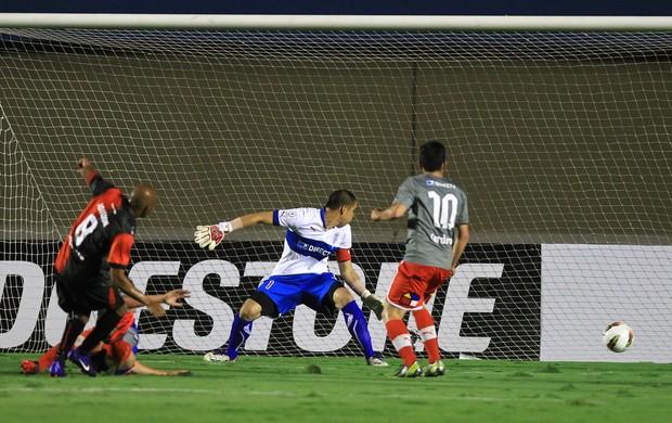 Joilson gol Atlético-GO (Foto: EFE)