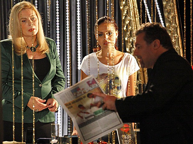 Russo mostra foto no jornal e acredita que Morena morreu na explosão (Foto: Salve Jorge/TV Globo)