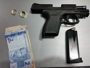Arma e objetos aprendidso com os suspeitos (Foto: Toni Francis/G1)