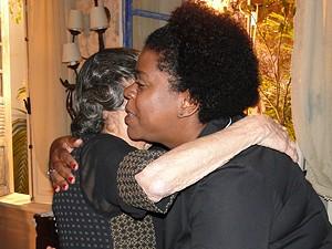 As atrizes se cumprimentam com um abraço