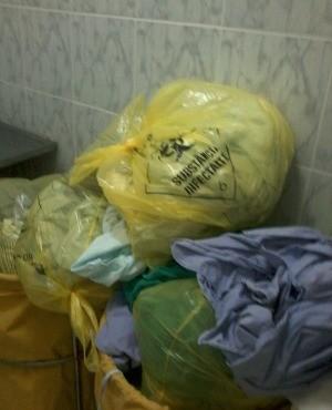Materiais usados nas cirurgias estão acomulados nas lavanderias dos hospitais (Foto: Arquivo pessoal)