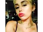 Miley Cyrus posa de sutiã e capricha no carão