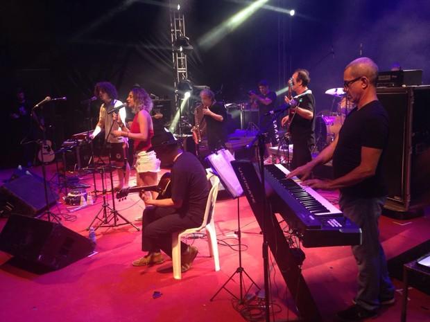 Chico Chico e Júlia Vargas se apresentaram ao lado de Mad Dogs (Foto: Nathallya Macedo)