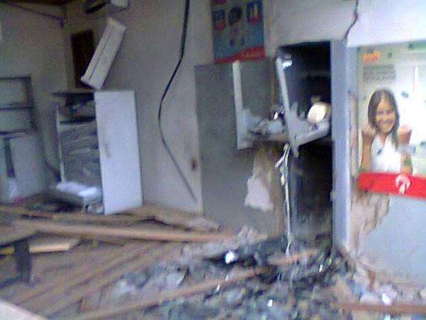 Caixa eletrônico explodido na Bahia (Foto: Site Binho Locutor)