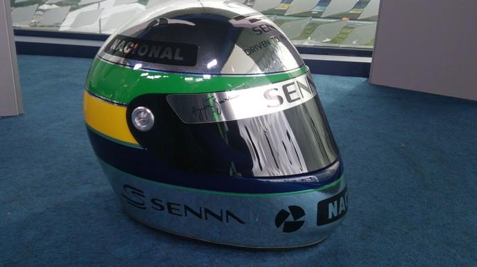 Capacete especial em homenagem a Ayrton Senna que Lewis Hamilton recebeu (Foto: Felipe Siqueira)