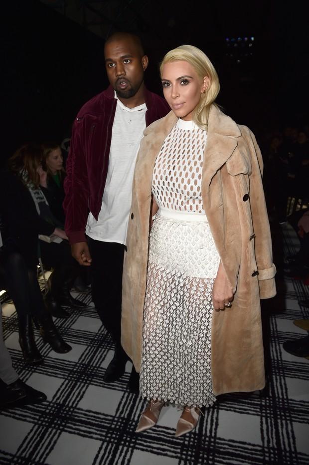 Kanye West e Kim Kardashian no desfile da Balenciaga em Paris (Foto: Getty Images)