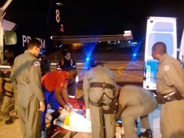 Grupamento aéreo com paciente na chegada à Salvador (Foto: Divulgação/ Graer)