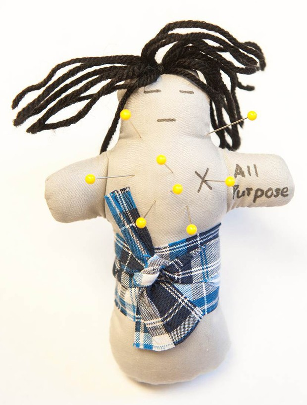 Foto divulgada pela Universidade de Ohio mostra um boneco de vodu para 'todos os propósitos'; em estudo, casal podia espetar alfinete em boneco representando cônjuge  (Foto: AP Photo/Jo McCulty, Ohio State University)
