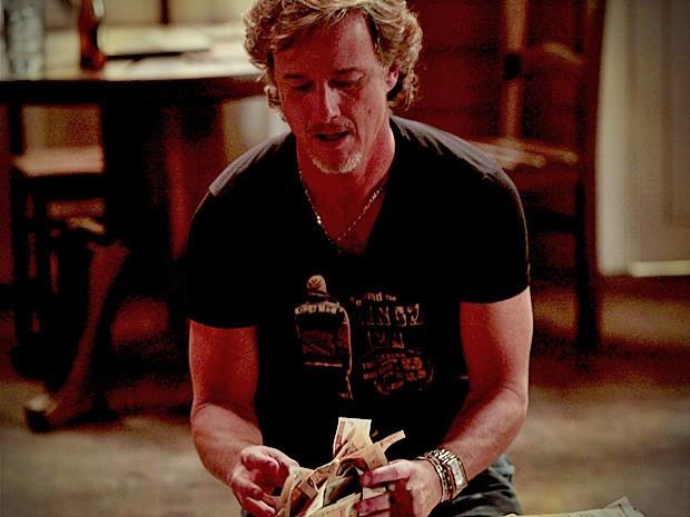 Max comemora dinheiro dado por Nina (Foto: Avenida Brasil / TV Globo)