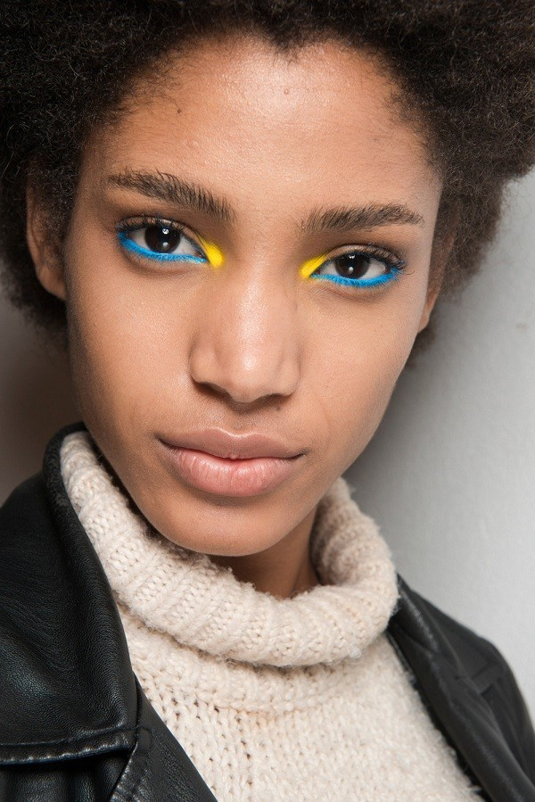 Look do desfile da Byblos com mix de sombras coloridas (Foto: Imaxtree)