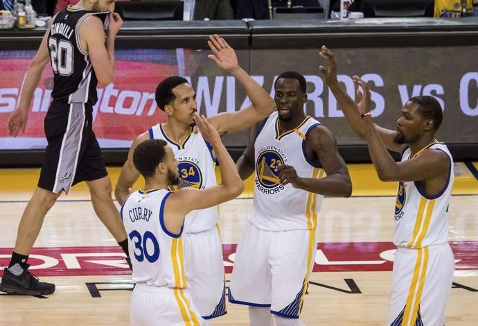 Jogadores dos Warriors comemoram no duelo contra os Spurs (Foto: Reuters)