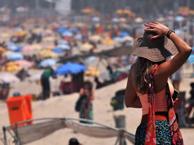 Movimentação de banhistas na praia de Ipanema, Zona Sul do Rio de Janeiro (RJ), na manhã desta sexta-feira (16), com céu azul e sol. 16/10/2015  (Foto: Alessandro Buzas/Futura Press/Estadão Conteúdo)