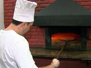 Auxiliar de cozinha é uma das funções com vagas abertas no Pizza Hut (Foto: Reprodução / EPTV)