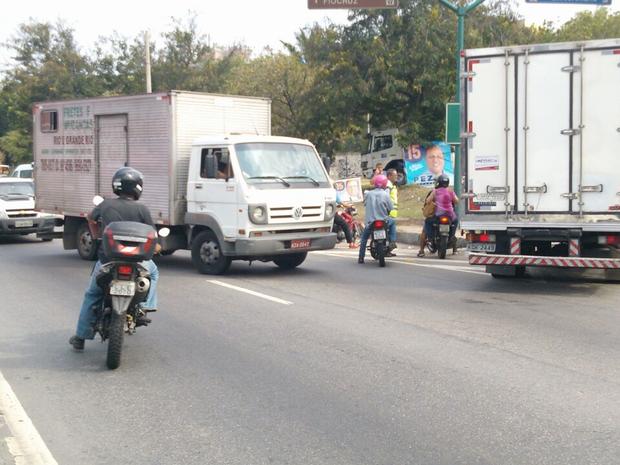 Tiroteio assustou motoristas que passavam pela Avenida Brasil na altura da Fiocruz (Foto: Eleny Borges/Arquivo Pessoal)