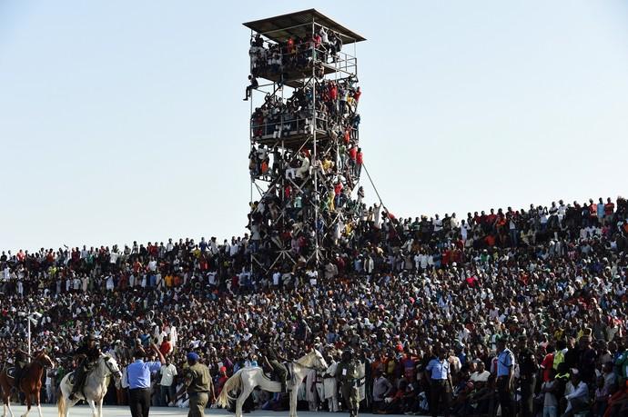 Estádio superlotado torcida na torre Nigéria x Egito (Foto: PIUS UTOMI EKPEI / AFP)