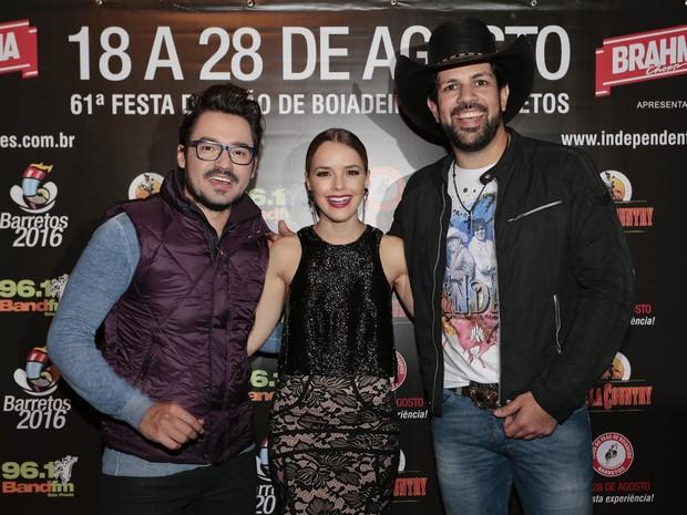 Fernando e Sorocaba com Taheme em show em São Paulo (Foto: Rafael Cusato/ Brazil News)