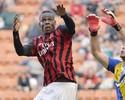 Com expulsão relâmpago e vaias para Balo, Milan perde para o Parma