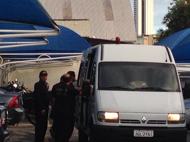 Presos na Operação Turbulência são levados para o Cotel (Foto: Bruno Marinho/G1)