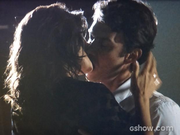 Os dois se agarram e partem para uma linda noite de amor (Foto: Em Família/TV Globo)