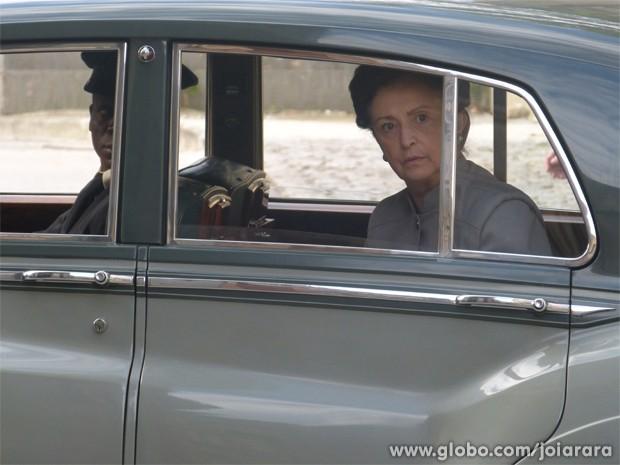 Gertrude segue Iolanda até a loja de penhor e vê colar de diamantes na vitrine (Foto: Fábio Rocha/ TV Globo)