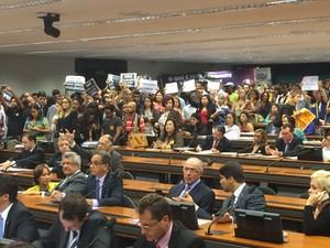 Manifestantes protestam contra projeto que prevê a redução da maioridade penal (Foto: Henrique Arcoverde / G1)