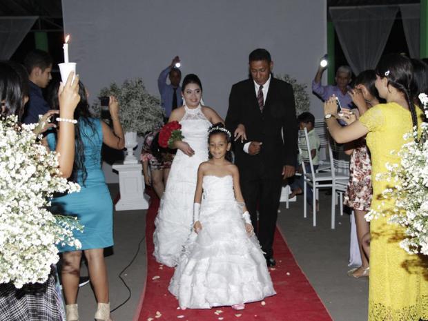 oiva relembra que entrou no casamento sob a luz de velas e lanternas (Foto: Divulgação)