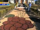 Fiéis fazem tapetes de serragem no dia de Corpus Christi no RS