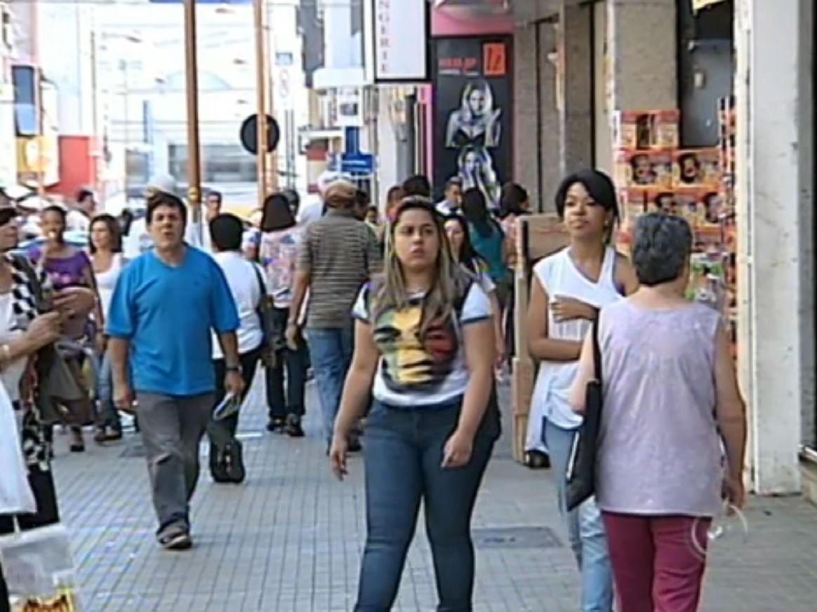 Consumidores quitam dívida para limpar nome para compras de fim de ano em Sorocaba (SP). (Foto: Reprodução/TV Tem)