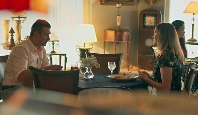 Tânia acha que Ricardo vai falar sobre os filhos, mas ele pergunta mesmo é sobre Joana (Foto: TV Globo)