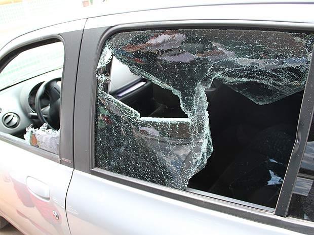 Carro com vidro quebrado após ataque de gerente de posto (Foto: Vianey Bentes/TV Globo)