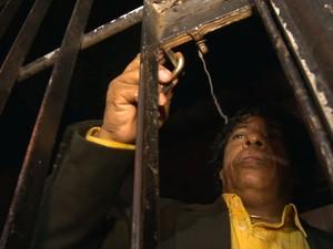 Homem ficou quase duas horas preso em juizado de Vitória, no Espírito Santo. (Foto: Reprodução/ TV Gazeta)