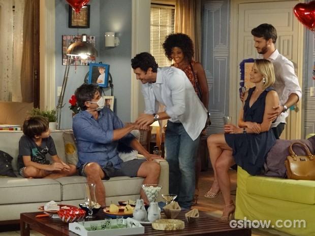 Laerte cumprimenta Cadu e seus convidados (Foto: Em Família/ TV Globo)