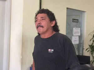 Antônio Souza Ramos, pai da menina Jenifer, fez desabafo na Divisão de Homicídios do Rio (Foto: Alba Valéria Mendonça / G1)