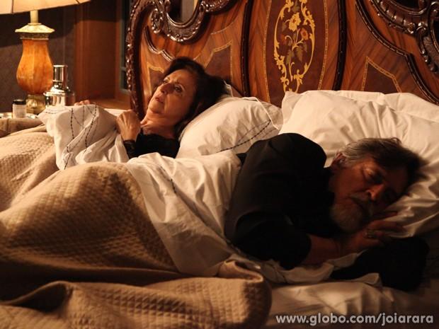 Ernest rejeita Gertrude em noite de núpcias e ela se queixa com Manfred (Foto: Carol Caminha/TV Globo)