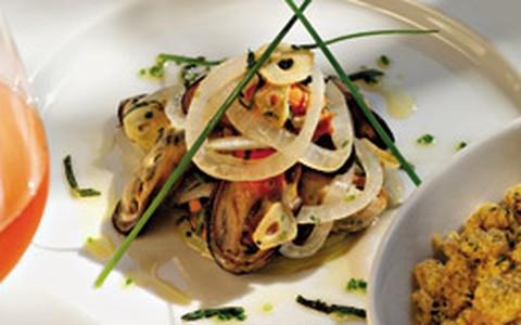 Mariscos grelhados com cebola e manjericão