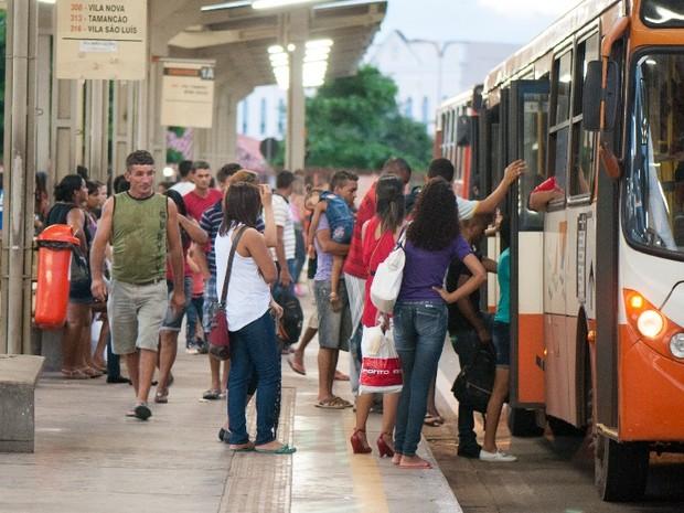 Pontos e terminais de ônibus ficam cheios com paralisação dos roroviários (Foto: Paulo Soares/O Estado)