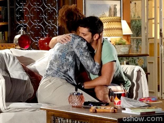 Dulce apoia André e eles se emocionam (Foto: Em Família/TV Globo)
