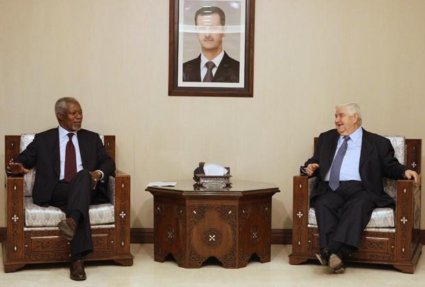 O emissário da ONU, Kofi Annan, durante encontro aoo ministro das Relações Exteriores sírio, Walid Muallem; acima, vê-se quadro aofoto do presidente Bashar al Assad (Foto: Louai Beshara / AFP)