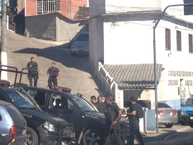 Policiamento é reforçado na comunidade do Caramujo, em Niterói, após tiroteio (Foto: Guuilherme Brito/ G1)