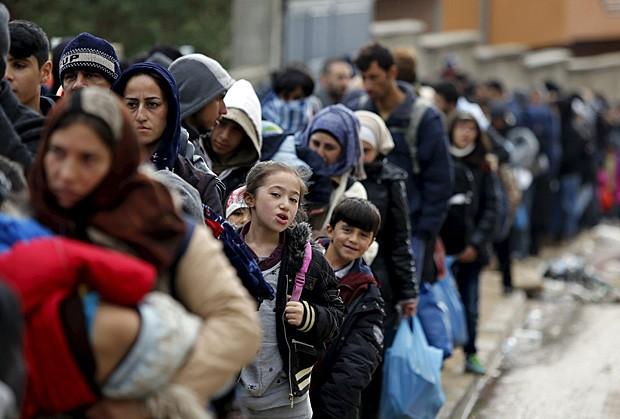 Migrantes fazem fila à espera de ônibus em Miratovac, na Sérvia (Foto: Ognen Teofilovski/Reuters)