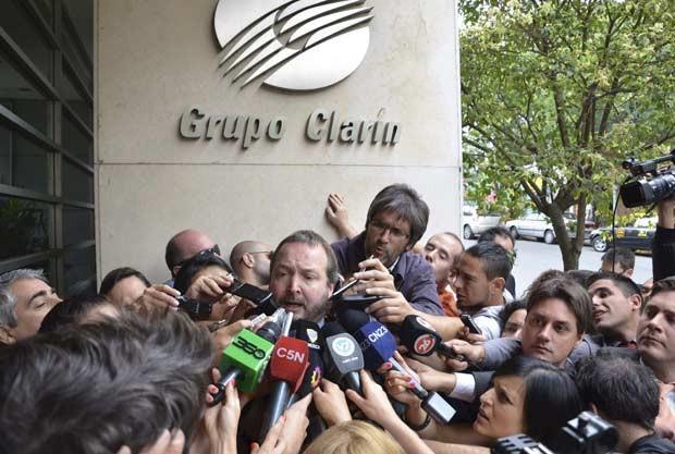 Martín Sabbatella, presidente da agência reguladora, dá entrevista nesta segunda-feiras (17) em frente à sede do Clarín em Buenos Aires (Foto: AFP)