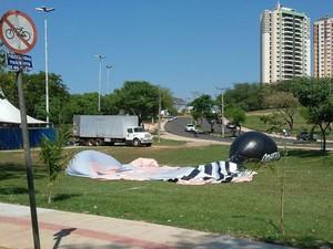 Boneco murchou com a força do vento, depois de ficar inflado por cerca de uma hora (Foto: Stephanie Fonseca/G1)