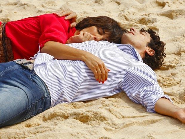 O cansaso é tanto, que Roberta e Nando acabam dormindo na praia (Foto: Guerra dos Sexos / TV Globo)