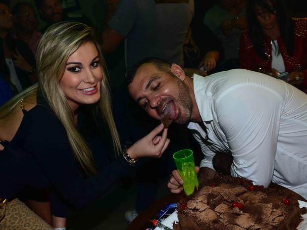 Ex-BBB Vagner comemora aniversário com Andressa Urach em bar em São Paulo (Foto: Leo Franco/ Ag. News)