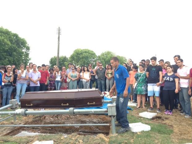 Filhos acomanharam enterro de Andreia (Foto: Káthia Mello/ G1)